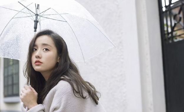 她是刘诗诗同学,因被徐克发掘而走红,如今嫁富豪生活很低调