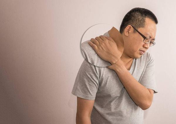以为是肩周炎,却不料最后查出肝癌?肩膀疼痛,究竟该如何区别?
