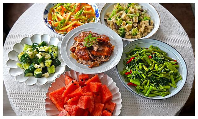 外甥女做的午餐,一桌素菜看似清淡却比大鱼大肉好吃,真会过日子