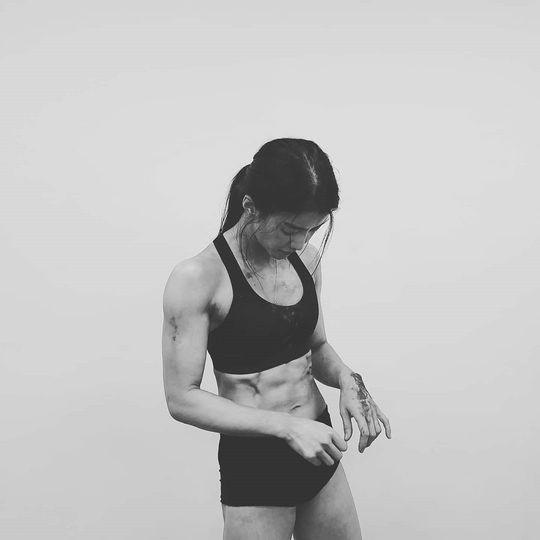 李诗英被锻造的身体公开 展示雕塑般的腹肌