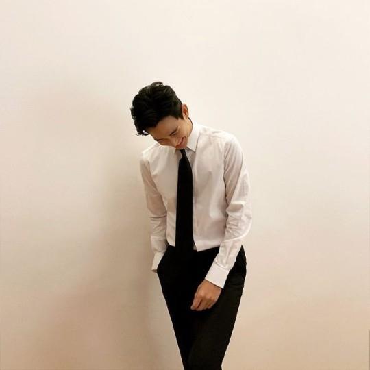金秀贤公开清爽近况照 身穿黑色西装让人心动