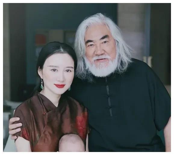 张纪中与小37岁娇妻同出镜 否认女方因钱爱自己