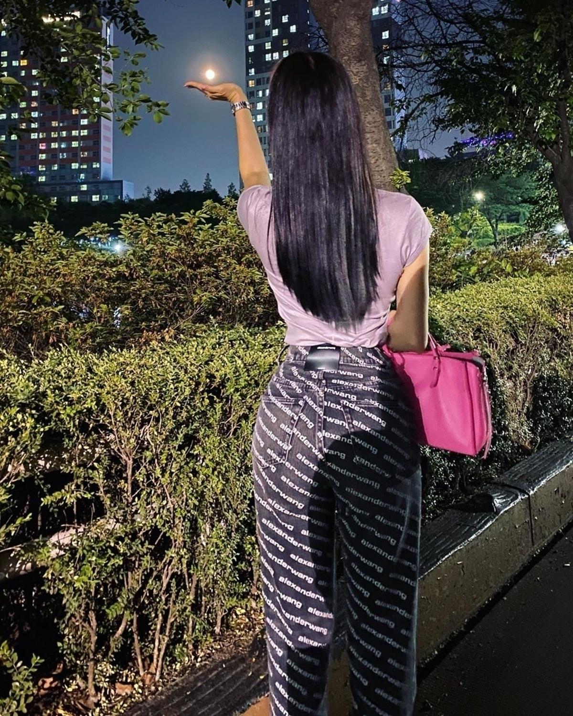 克拉拉展现完美的身材 纤细腰和苹果臀围引起感叹