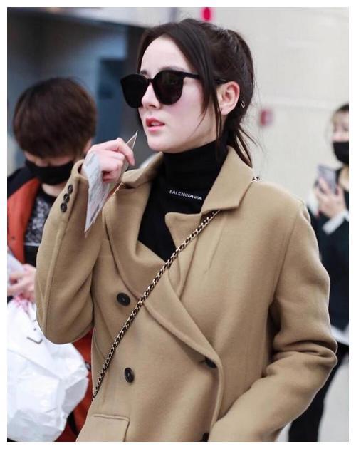 女明星真会穿,驼色大衣配针织衫走机场,自身气质绝佳很是美丽