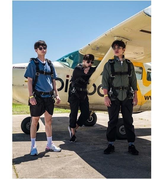 安宰弘和姜河那、邕圣祐在飞机前公开帅气合照