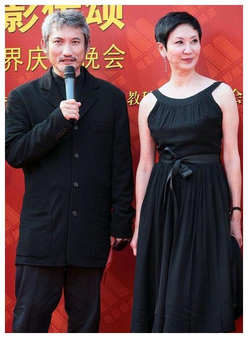 施南生和前夫同框也不怵,穿黑色连衣裙看着优雅大方,气韵挺足的
