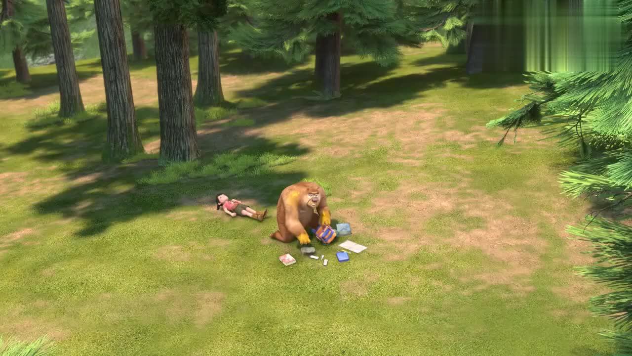 美女撞树晕倒,熊二看急救手册操作,竟要给其做人工呼吸!