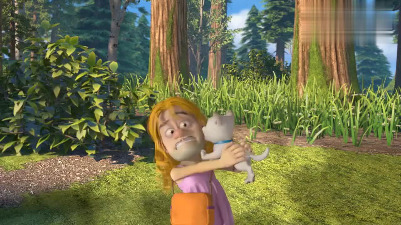 美女光头强,玩捉迷藏从树上跌落,假发掉落吓跑小白狗!