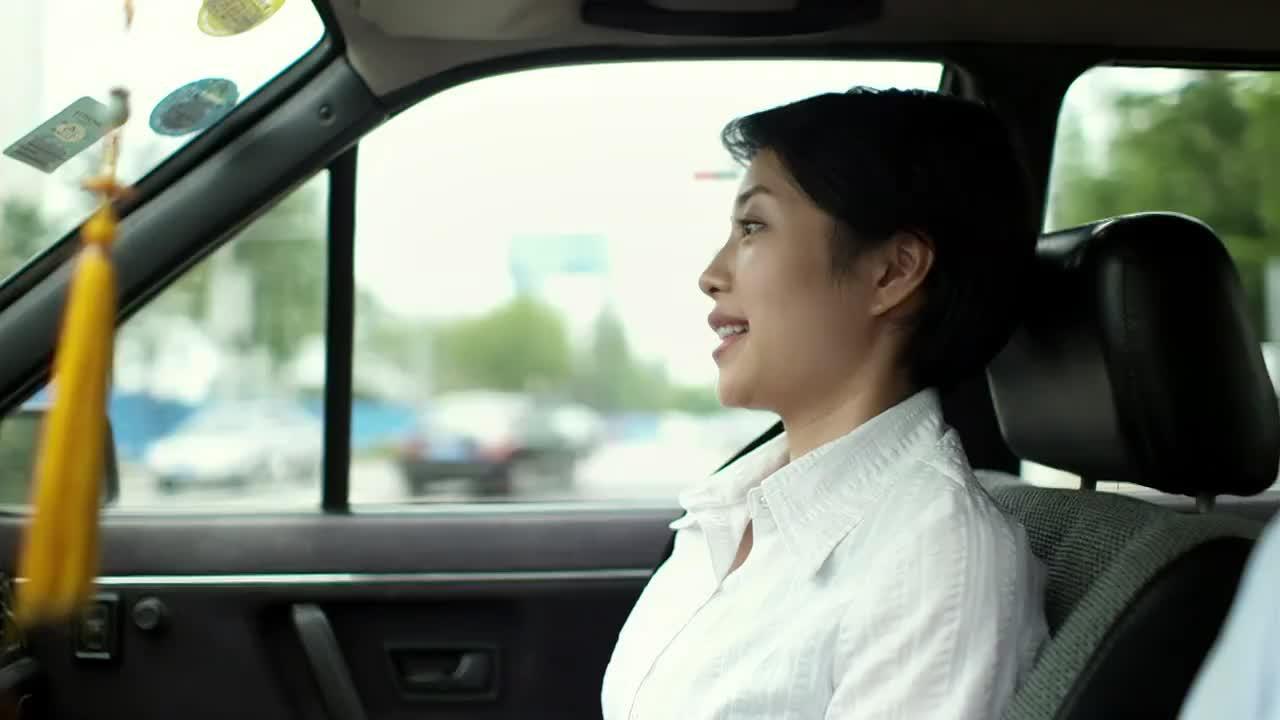 父母爱情:海洋好心载亚菲,不料亚菲去机场,这可不顺路了