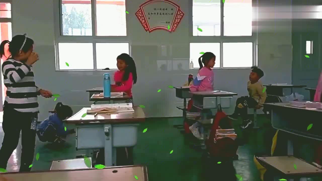 自闭症孩子在学校太无聊, 不是玩铅笔就是扣橡皮!