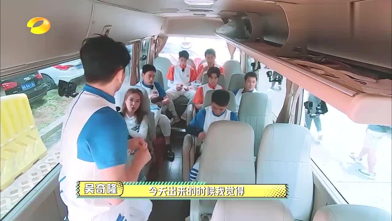 黄明昊被节目组停赛,出场却如选秀冠军,吴奇隆:再来个披风?