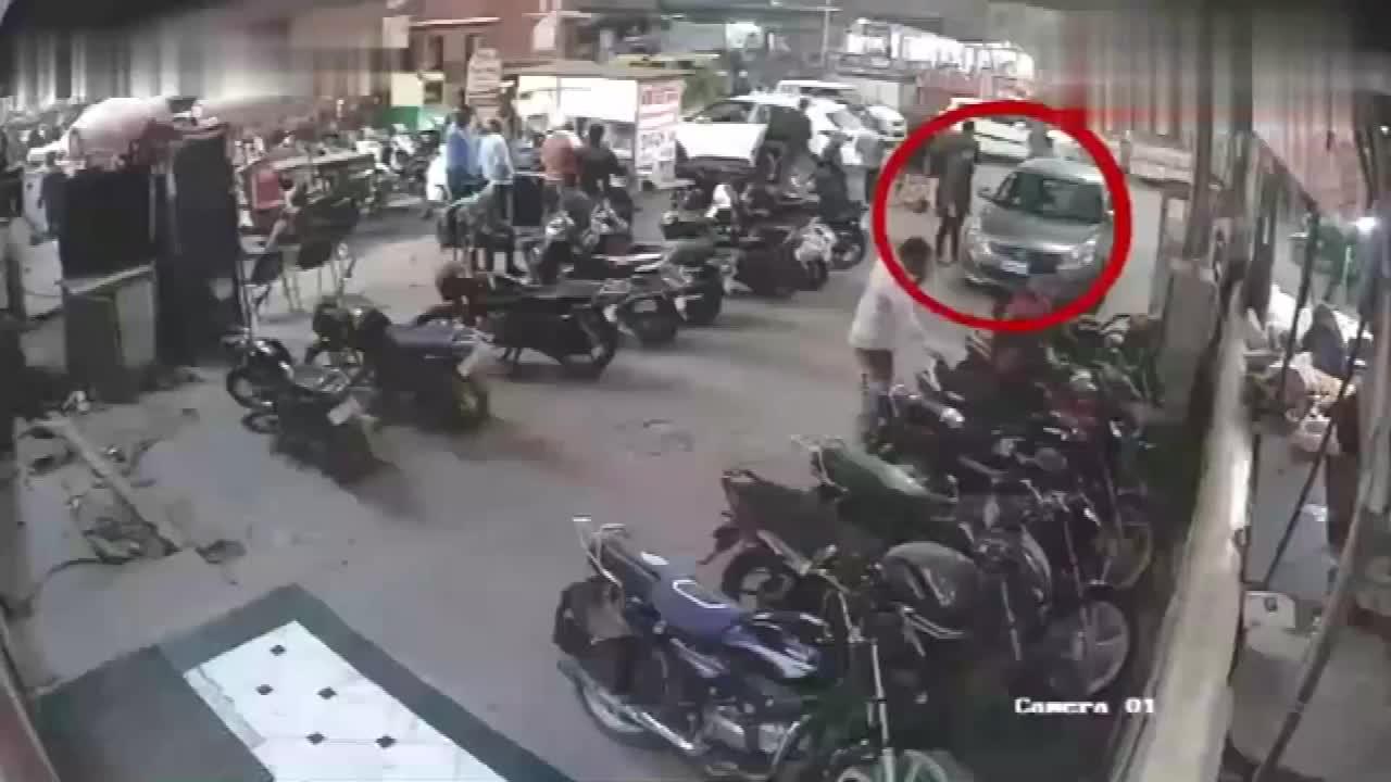 男子下车指挥倒车,当场把小命丢了,网友:这就是命中注定