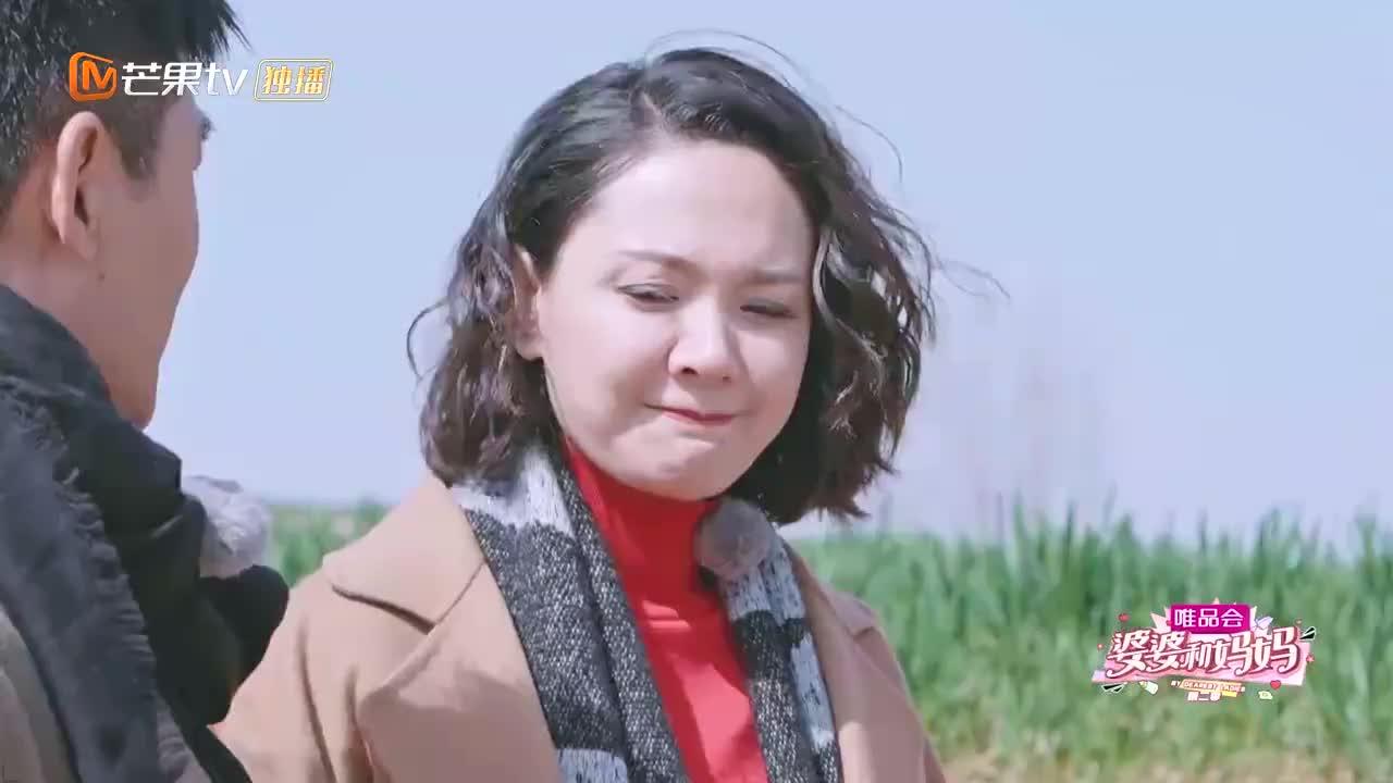 程莉莎穿着红色纱纱裙,跟郭晓东回山东老家,跟背景形成鲜明对比