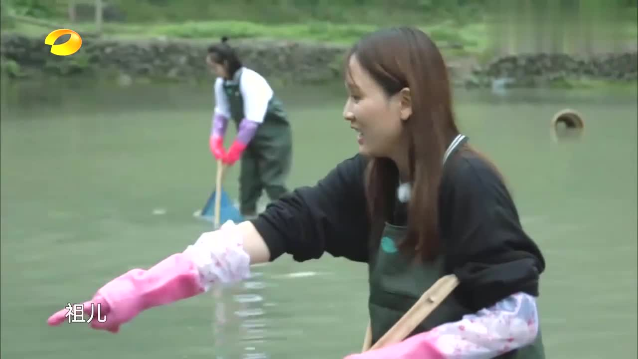 容祖儿总算抓到一条鱼,竟激动到在鱼塘跳起舞,吓懵王丽坤了!