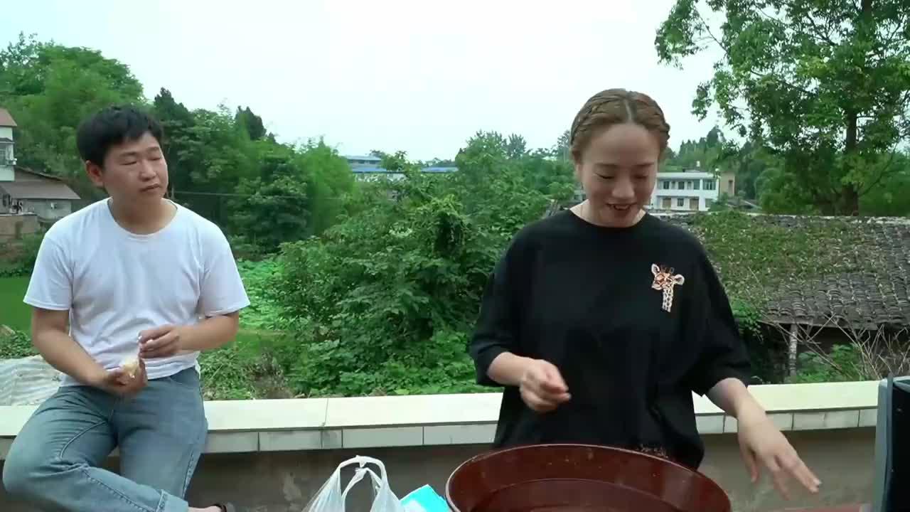 小妹儿做了芝士土豆泥,小周周特别爱吃,看这丝拉得真好