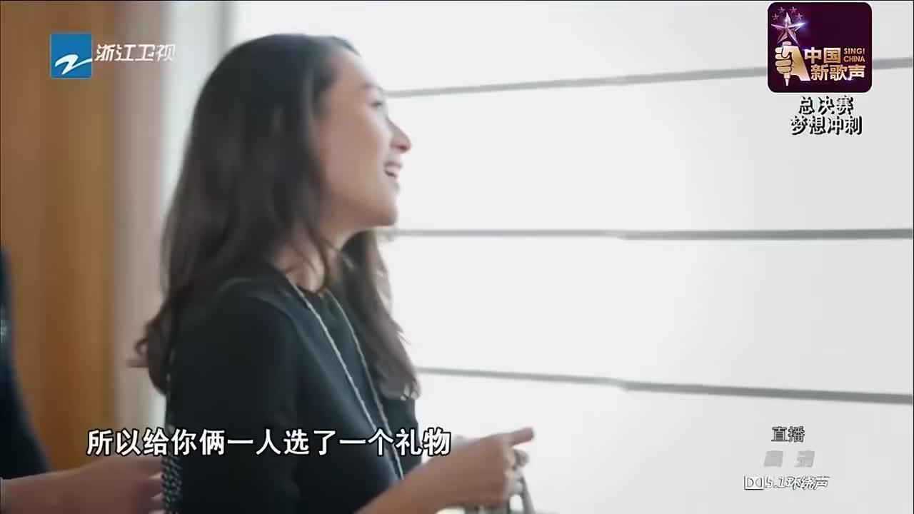 新歌声:章子怡陪汪峰看学员,上来就送礼,女神好温暖!