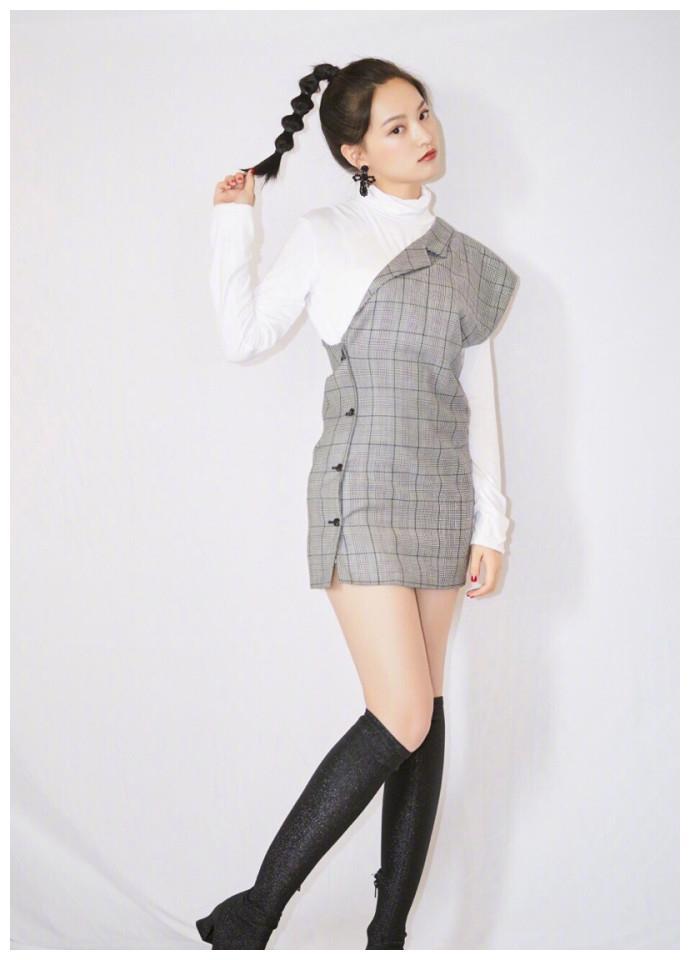 漂亮气质美女明星黄灿灿格子连衣短裙麻花辫甜美写真