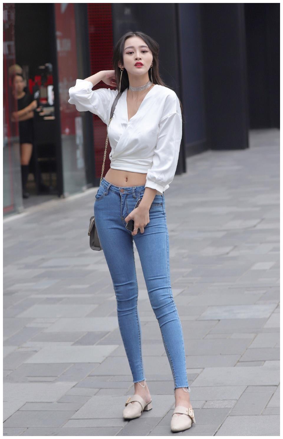 美女穿搭:选择百搭牛仔裤,轻松打造时尚休闲风,时髦靓丽