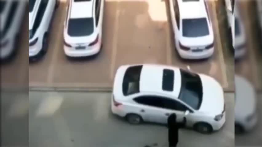 夫妻俩都搞不定一辆车,实在是~太丢人了!