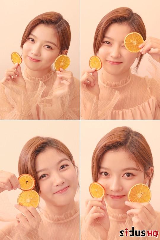 金有智公开4张充满清爽魅力的照片 双手捧着橙子笑