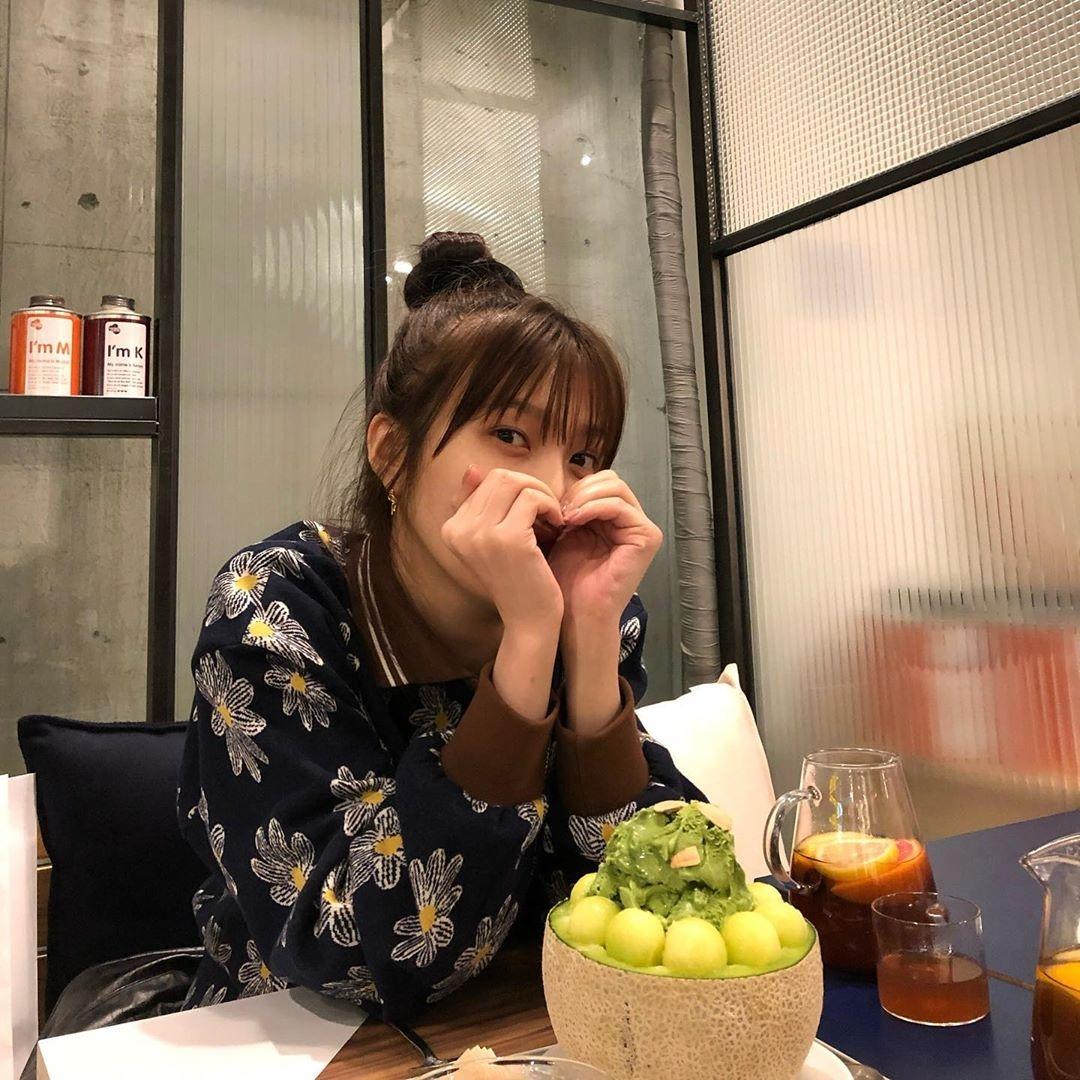 Red Velvet Joy朴秀荣在咖啡店悠闲地喝茶时间 公开可爱丸子头