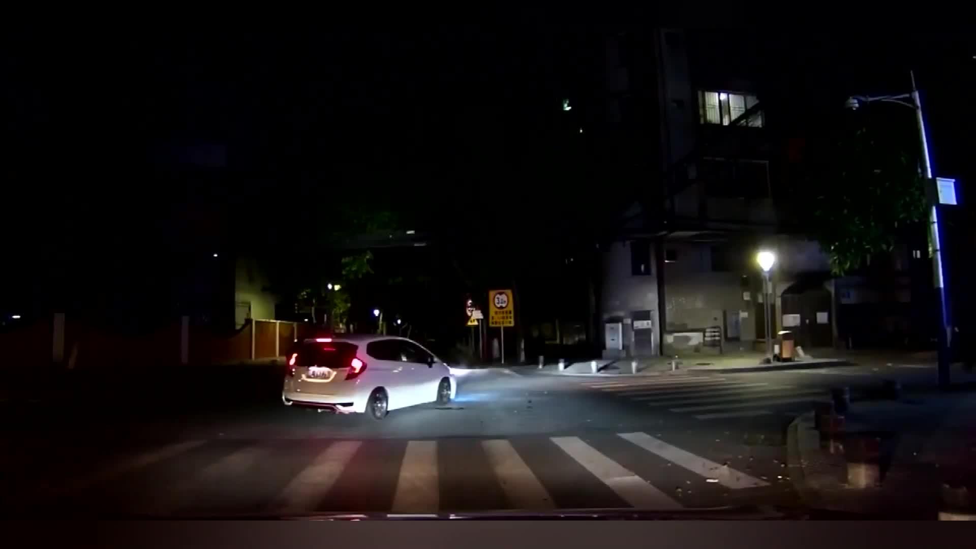 视频:本田飞度路口逆向超车,猛烈撞击横向车辆!