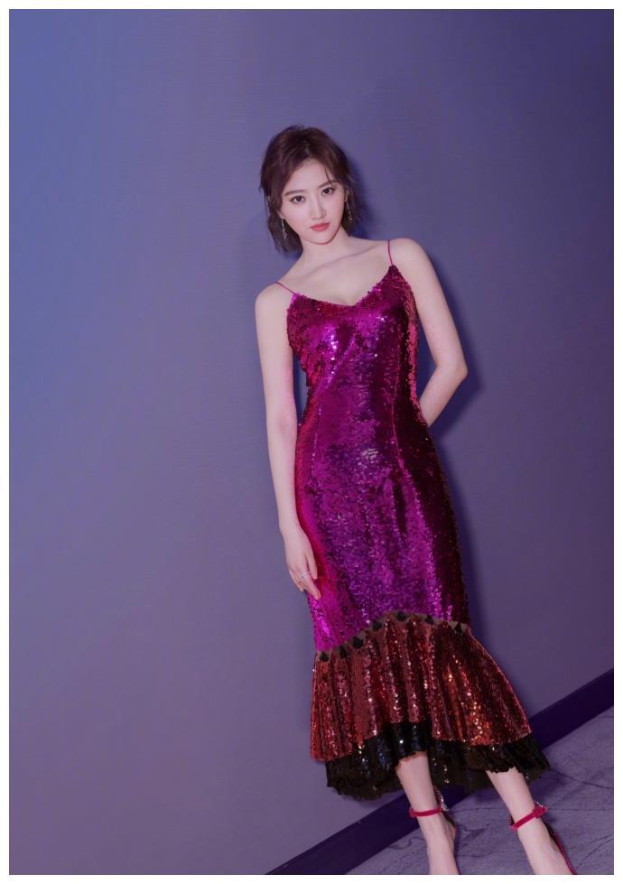 看到29岁景甜吊带亮片裙,再看看29岁倪妮,我沉默了!