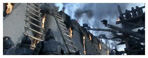 古代攻城战中,为何守城士兵不推翻云梯,而是选择砸石头射箭?