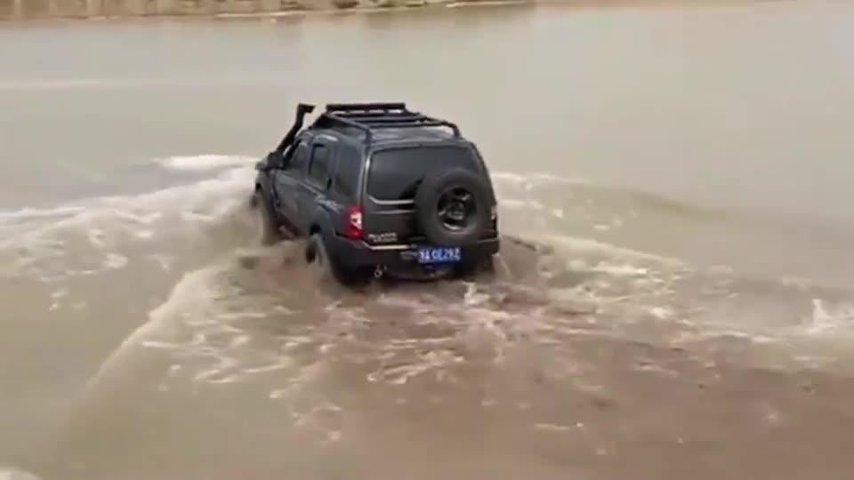 视频:日产帕拉丁玩涉水极限越野陷在了河里!