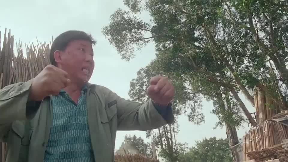 小伙不相信大叔有铁布衫,拿着大木棍一直打,看到结局我笑了