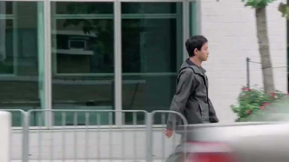 张国荣被无罪释放,可是警方却还是不能轻视,派人紧跟着他
