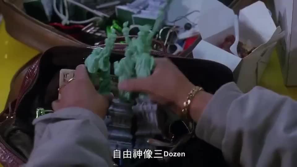 洪金宝回国探亲,给乡亲们带国外的特产,这外国龙虾个头就是大