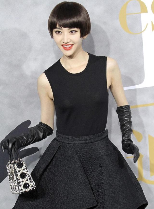 景甜终于换发型,复古波波头配黑色连衣裙摩登精致,优雅精致