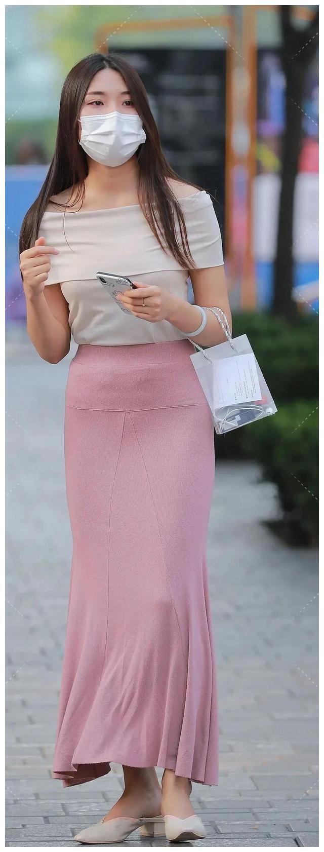 V领款式的粉色连衣裙展现出它温柔的美