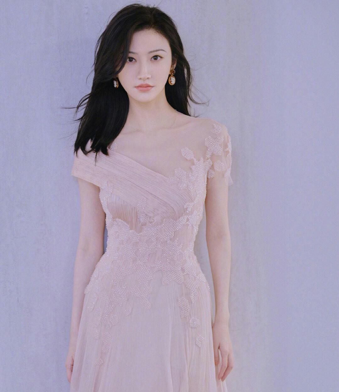 景甜一袭樱花粉长裙现身广州,甜丝:童话书忘锁,司藤公主出来了