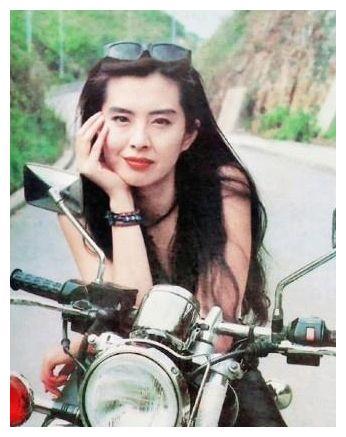 释小龙曾经暗恋她,吴孟达对她恋恋不忘,如今隐居加拿大