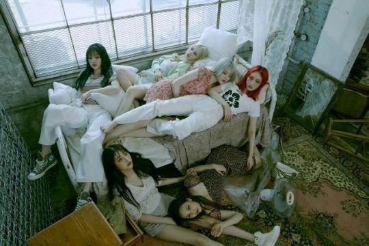 GFriend新专辑《回:Song of the Sirens》的概念照中 在废墟房间里一片空白