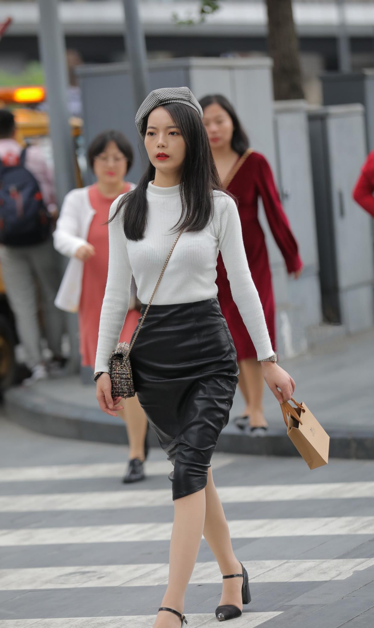 黑白配怎么搭配更时髦?加一顶格纹贝雷帽,时髦洋气还有复古风