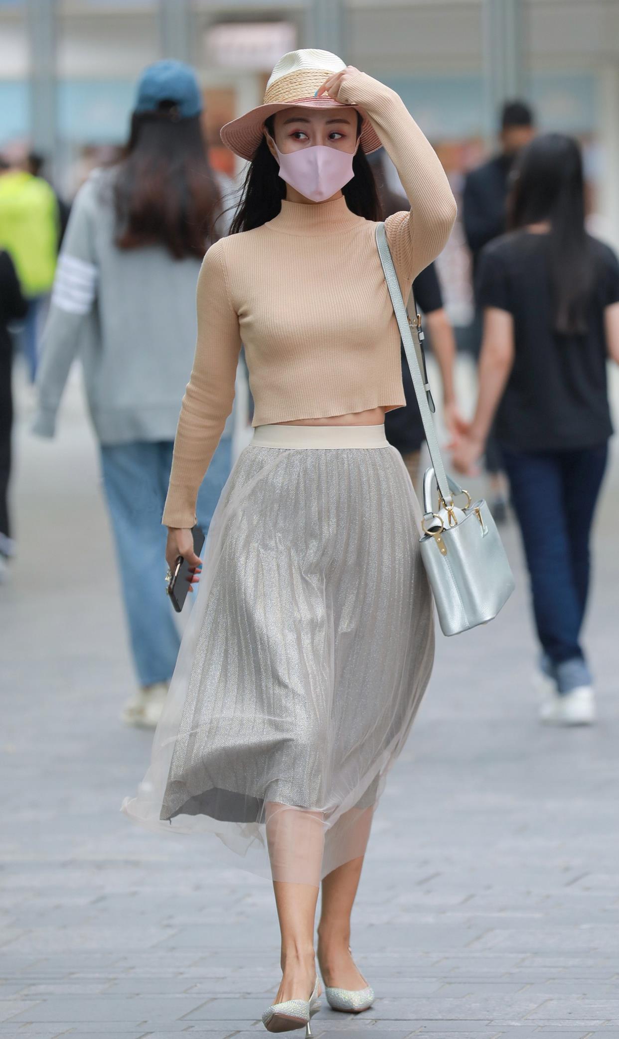 针织衫+百褶裙,适合早春时节的半裙搭配,减龄又显温柔气质