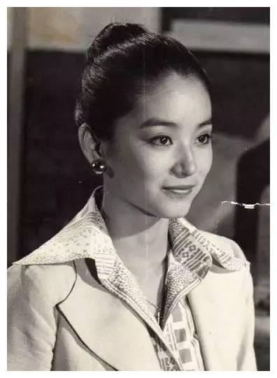 林青霞的穿搭,时髦了40年,网友:和胡因梦合照的那套,好好看