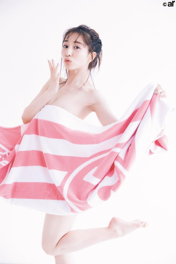 田中美奈实只裹着一条浴巾的性感姿态 诱惑十足