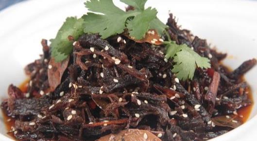 精选剁椒鱼头、灯影牛肉、虎皮尖椒、蚂蚁上树等数道下饭菜做法