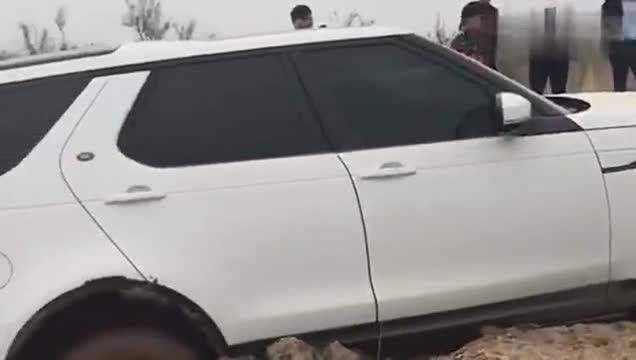 视频:路虎神行者陷进了坑里,jeep牧马人前来救援,这下遇上了麻烦!