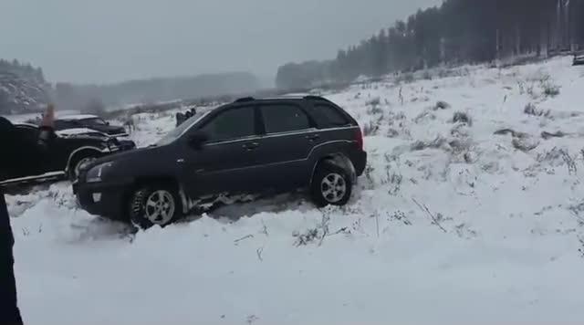 视频:起亚狮跑雪地试车,四驱不敢恭维