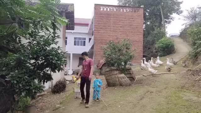 顺子过端午回农村老家拍视频,俊俊还不乐意上镜,一直嘟囔着不拍