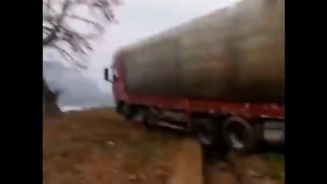 大货车开路沟里出不去,只能叫台挖掘机来帮忙了,赚钱不易啊
