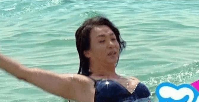 """金星海边比基尼照,上身""""女人味""""爆棚,下身却是""""爷们腿"""""""