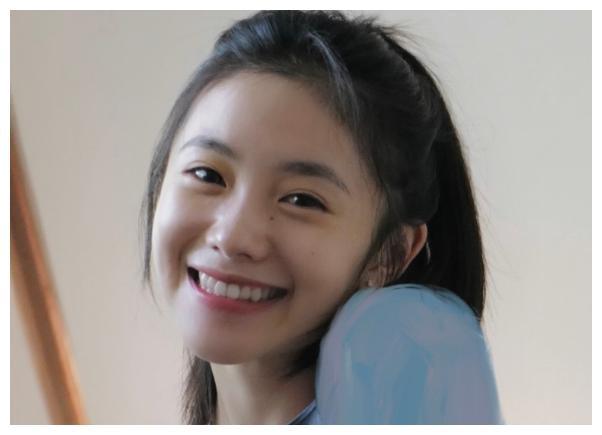 电影之夜生图:张雪迎细腰惹眼,陈飞宇比例不佳,而她普通像路人