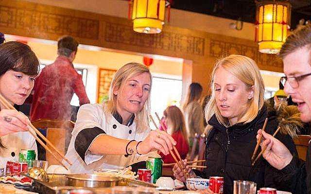 """中餐在美国走红,当地发明""""筷叉""""解决就餐问题,果然吃货都一样"""