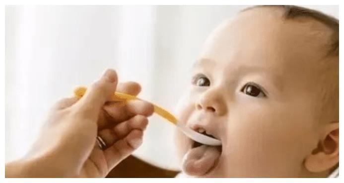 当宝宝发出5个信号时,宝妈就可以喂辅食了,要遵循这样的顺序